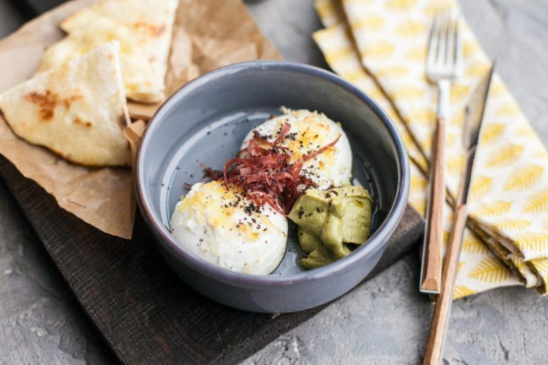 Изображение рецепта Запечённые яйца пашот с гуакамоле и питой