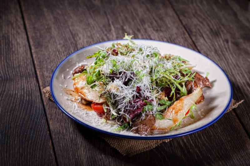 Изображение рецепта Салат с куриной печенью терияки и печёной грушей от бренд-шефа Zotman Pizza Pie Дмитрия Зотова