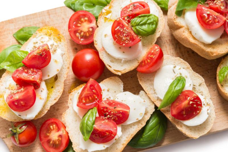 Изображение рецепта Брускетта с помидорами и моцареллой