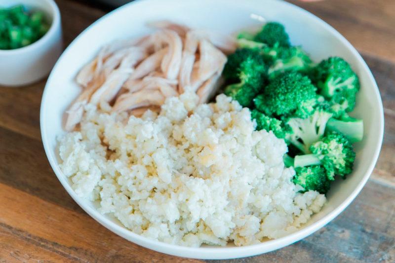 Изображение рецепта «Рис» из цветной капусты с курицей и кокосовым соусом
