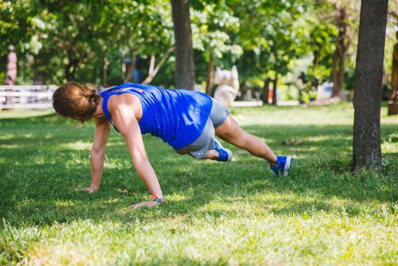 5 эффективных упражнений для красивых плеч и рук. Изображение номер 11
