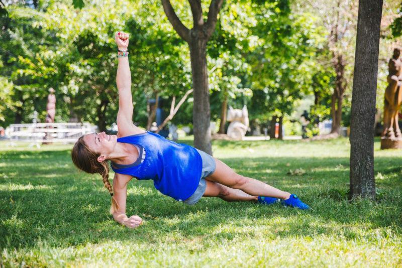 5 эффективных упражнений для красивых плеч и рук. Изображение номер 12