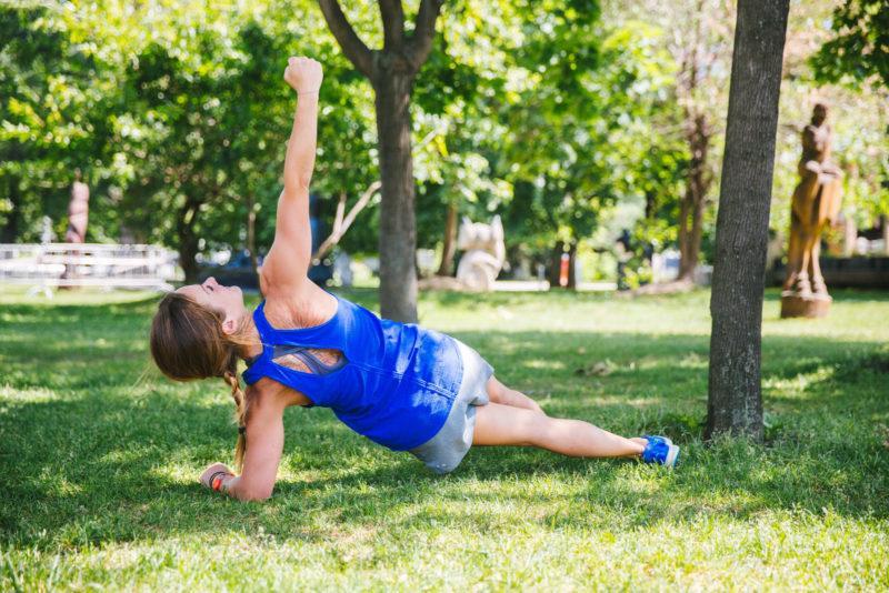 5 эффективных упражнений для красивых плеч и рук. Изображение номер 14