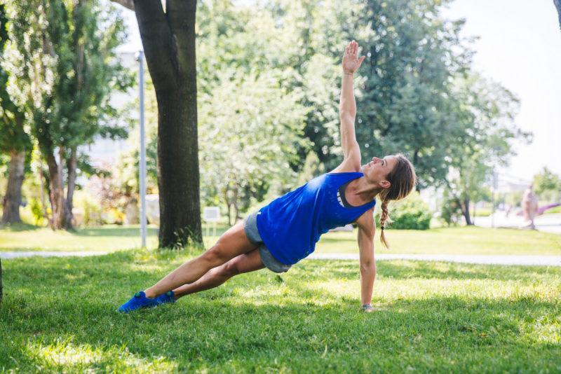 5 эффективных упражнений для красивых плеч и рук. Изображение номер 2