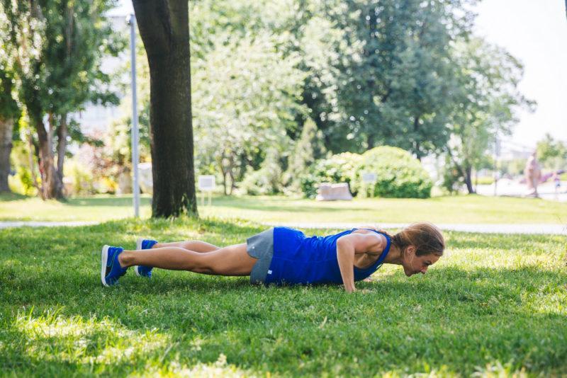 5 эффективных упражнений для красивых плеч и рук. Изображение номер 3