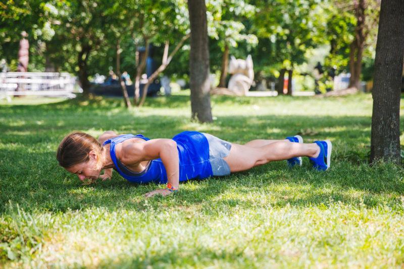 5 эффективных упражнений для красивых плеч и рук. Изображение номер 8