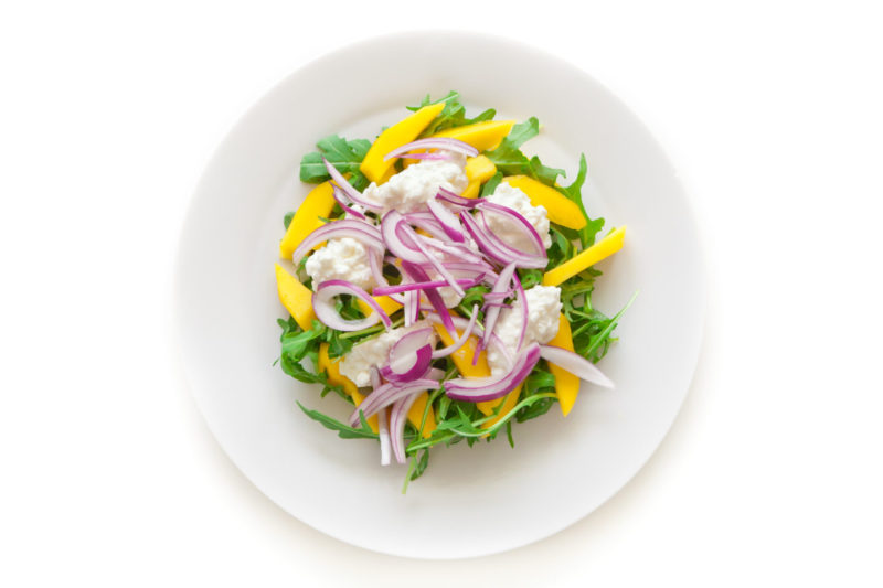 Изображение рецепта Салат с манго, сельдереем, рукколой и мягким сыром