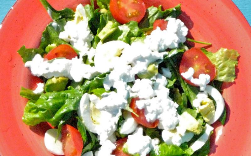 Изображение рецепта Салат из латука, помидоров и яиц с заправкой из сливочного сыра