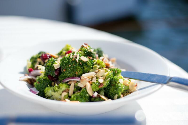 Изображение рецепта Зимний салат с брокколи, кешью и клюквой
