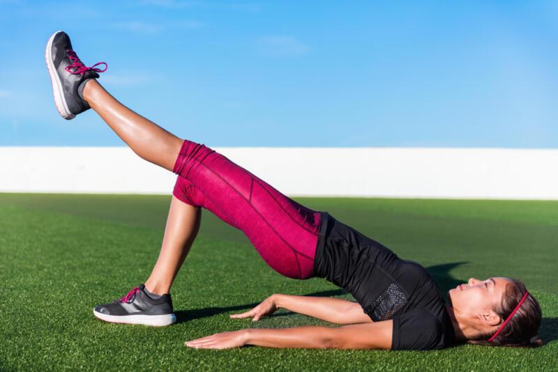 5 способов сделать упражнение «ягодичный мостик» (и прокачать ягодицы). Изображение номер 1