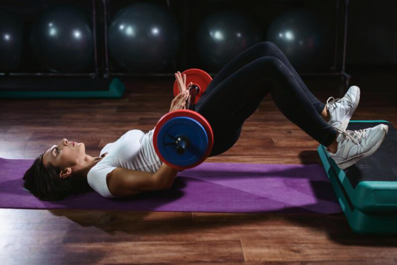 5 способов сделать упражнение «ягодичный мостик» (и прокачать ягодицы). Изображение номер 3