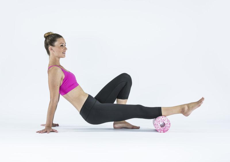 9 упражнений с массажным роллом, которые помогут расслабиться. Изображение номер 1