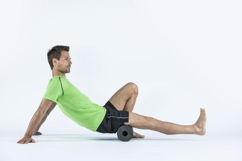 9 упражнений с массажным роллом, которые помогут расслабиться. Изображение номер 2