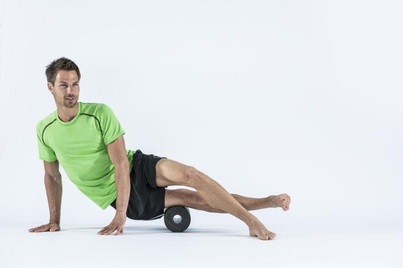 9 упражнений с массажным роллом, которые помогут расслабиться. Изображение номер 4