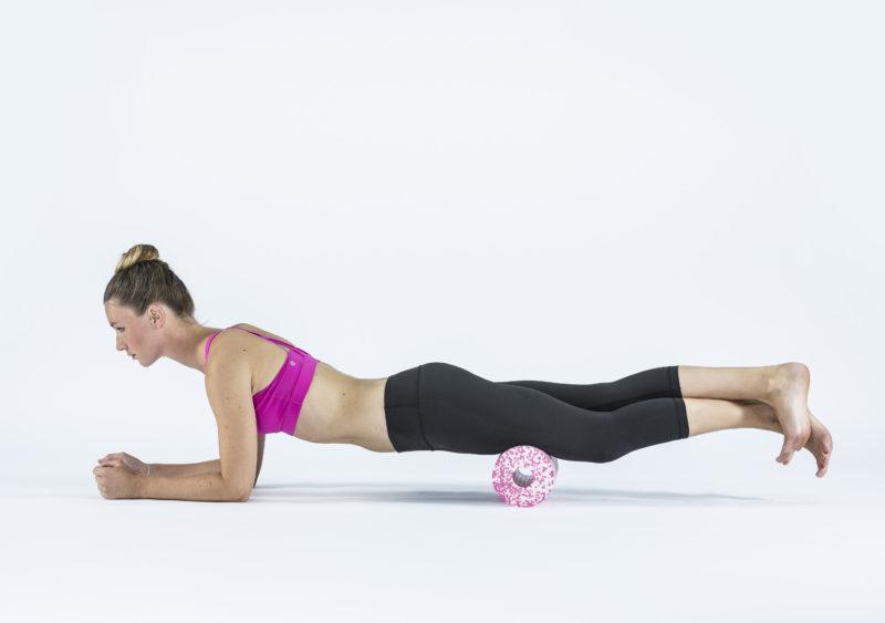 9 упражнений с массажным роллом, которые помогут расслабиться. Изображение номер 5