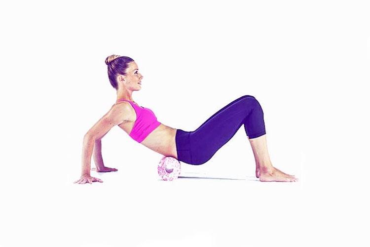 9 упражнений с массажным роллом, которые помогут расслабиться. Изображение номер 7