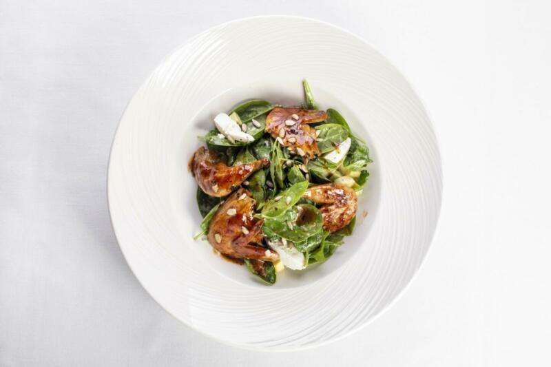 Изображение рецепта Тёплый салат с перепёлкой, рикоттой и шпинатом под ореховым соусом