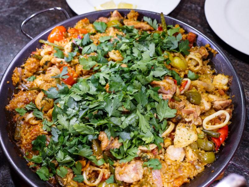 Изображение рецепта Паэлья с курицей, морепродуктами и маслинами