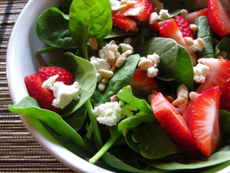 Как приготовить сытные и полезные салаты: 10 рецептов до 400 калорий. Изображение номер 1