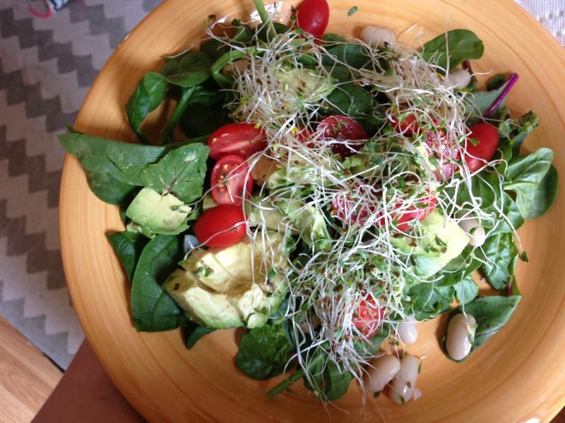 Как приготовить сытные и полезные салаты: 10 рецептов до 400 калорий. Изображение номер 4