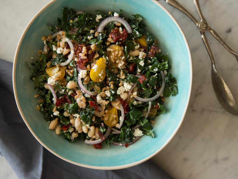 Как приготовить сытные и полезные салаты: 10 рецептов до 400 калорий. Изображение номер 7
