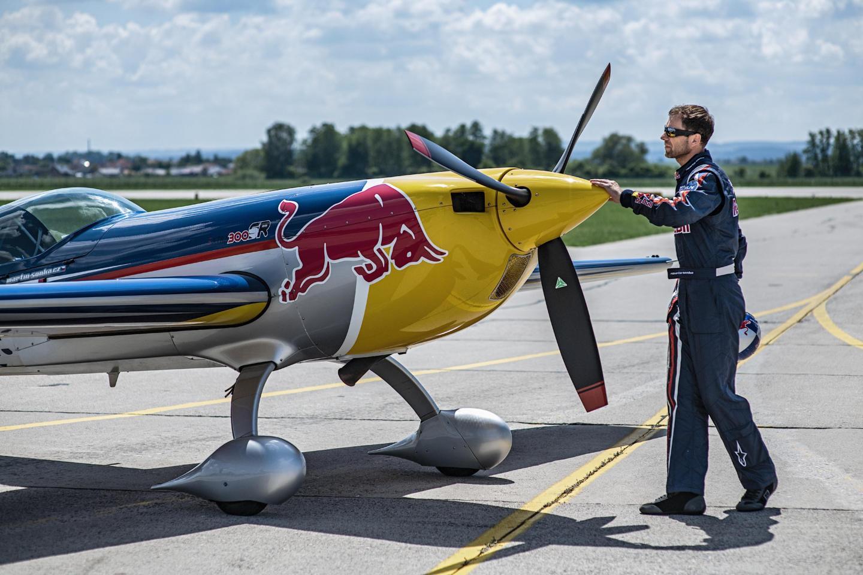 «Нам нужно быть сильными, но максимально лёгкими»: как тренируется и что ест чемпион мира Red Bull Air Race. Изображение номер 1
