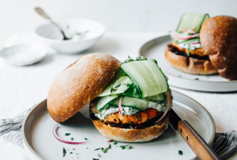Изображение рецепта Бургер с лососем и кремом из кинзы
