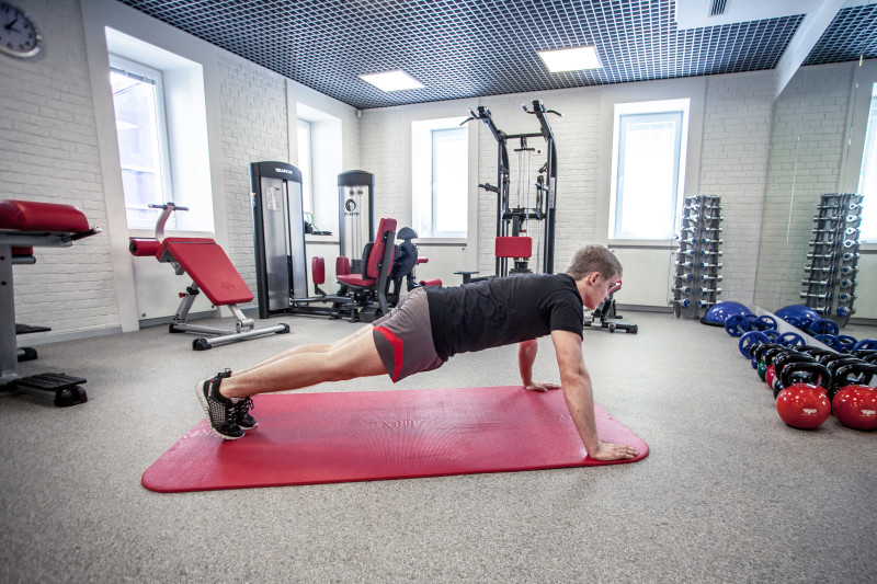 Тренируем трицепсы: 5 упражнений, которые легко выполнить даже дома. Изображение номер 2